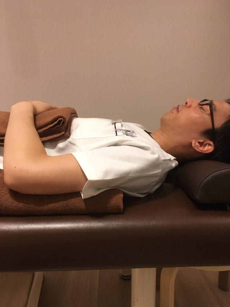 痛い 寝る 向き 胃 が